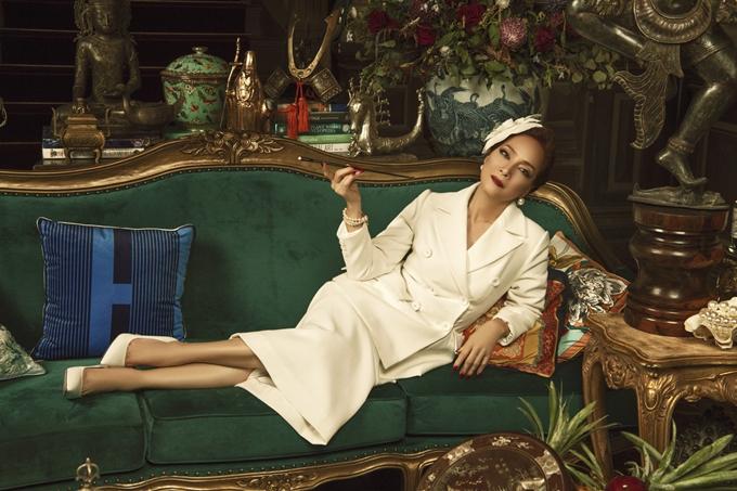 Sau vai quý bà Thái Tuyết Mai ở Gái già lắm chiêu 3, NSND Lê Khanh trở lại với hình ảnh nữ doanh nhân kinh doanh đồ cổ giàu sang và gai góc. Nhận vai này, chị lần đầu hy sinh mái tóc dài nền nã của người phụ nữ Hà Nội với mong muốn mang đến một chân dung chưa từng thử trên phim.