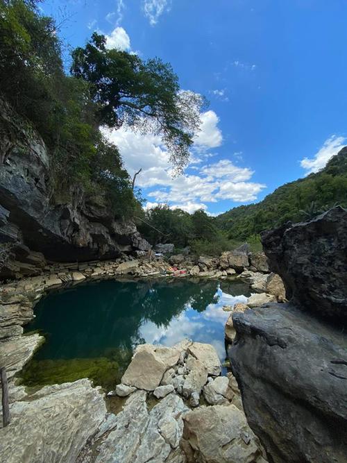 Ngày đầu tiên ở Hang Tiên, cả đoàn được thỏa thích bơi lội, tạo dáng ở con suối không đáy. Nước trong xanh, nhìn rõ rong rêu và thông sau vào trong vách núi. Nước từ trong núi chảy ra, mát lạnh, màu xanh ngọc bích tuyệt đẹp.