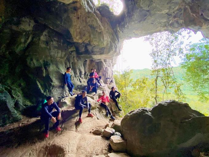 Cả đoàn tạo dáng ở cửa hang, bên trong mát rượi như gió mùa Đông Bắc tràn về còn bên ngoài nóng hầm hập.