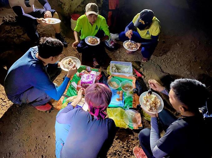 Bữa trưa cuối trong hang tối của cả đoàn. Mỗi người được một đĩa cơm to với khoai hấp, muối vừng, sốt trứng, sốt bò, trứng luộc, dưa chuột, bánh ngọt mà nữ ca sĩ cảm thấy ngon vô cùng.