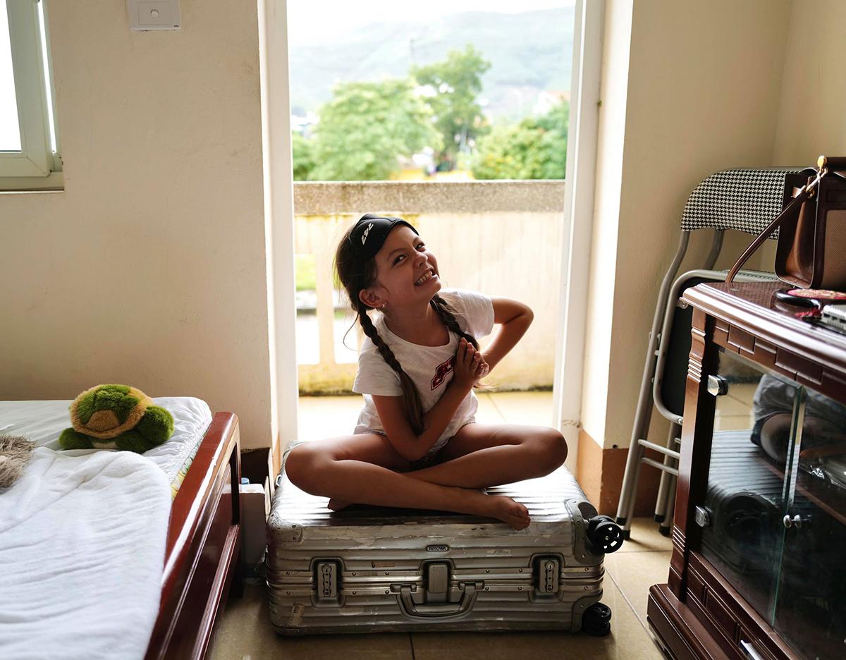 Ngoài ra, Tép còn thừa hưởng niềm đam mê với yoga từ mẹ. Cô bé tinh nghịch ngồi trên vali khi tập một vài động tác cơ bản.