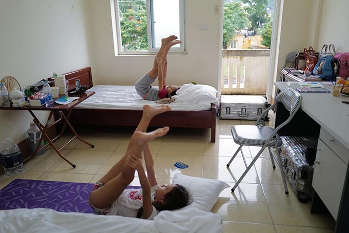 Được em gái hướng dẫn, Tôm cũng hào hứng tập yoga ngay trên giường của mình. Ba mẹ con Hồng Nhung được phân cho một căn phòng khép kín hai giường ở khu cách ly tập trung. Cô và con gái nằm một giường còn con trai nằm giường còn lại.