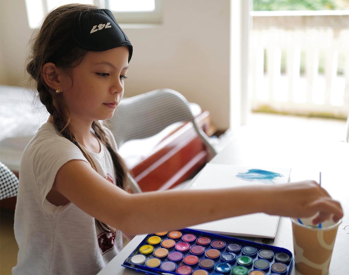 Bé Tép có niềm đam mê đặc biệt với vẽ. Cô bé mang theo bảng màu từ Mỹ về Việt Nam và ngày ngày vẽ bất kỳ thứ gì chợt thoáng qua trong đầu.