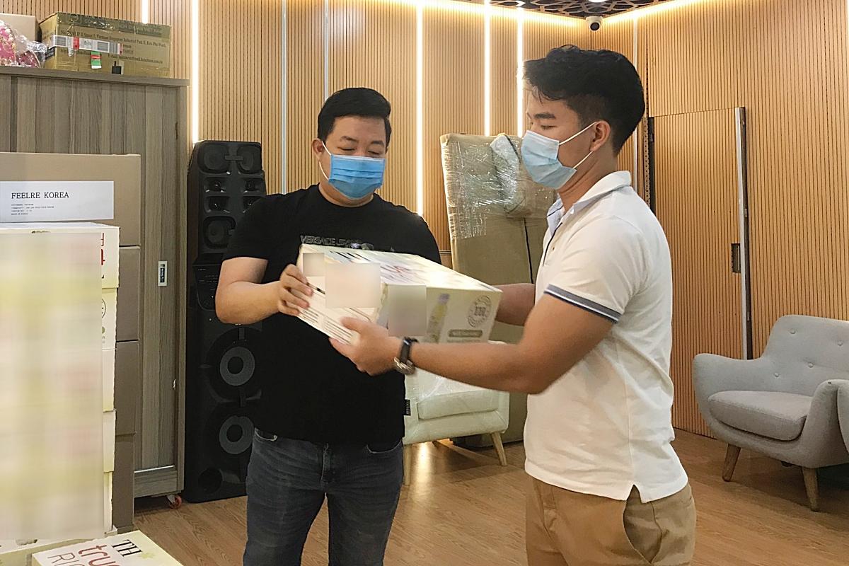 Dù bận rộn công việc, ca sĩ Quang Lê sắp xếp thời gian đến trụ sở công ty của đạo diễn Hoàng Nhật Nam, cùng anh vận chuyển đợt hàng hoá ủng hộ đầu tiên ra Đà Nẵng.