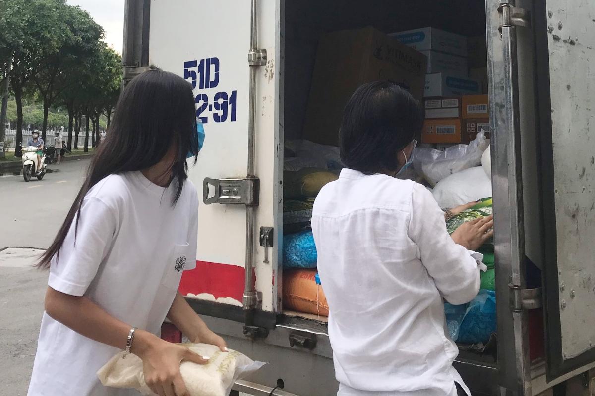 Các vật dụng được sắp xếp cẩn thận để xe vận chuyển ra Đà Nẵng.
