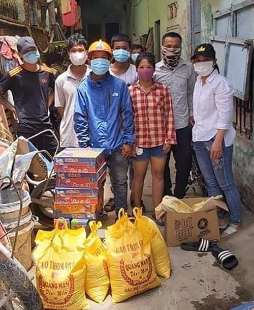 Nhiều người Cơ Tu rơi vào hoàn cảnh khó khăn, được hỗ trợ nhu yếu phẩm trong những ngày cách ly xã hội ở Đà Nẵng.