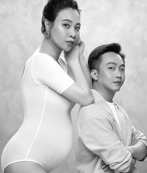 Đàm Thu Trang khoe bụng bầu lớn chụp ảnh cùng ông xã hồi tháng 6.