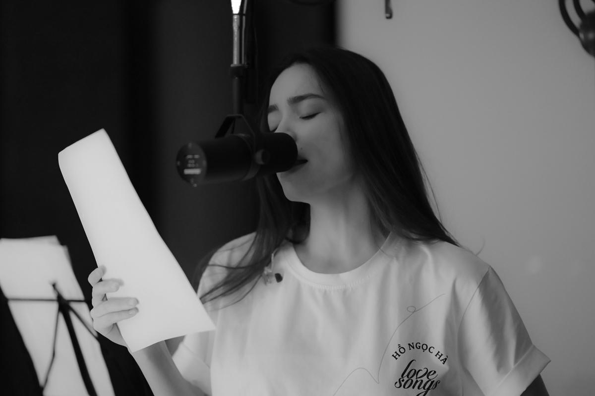 Dự án Love songs lần này được Hồ Ngọc Hà ấp ủ khoảng 6 tháng qua, gồm một album, chuỗi series show phát sóng hàng tuần, chuỗi video phòng thu và một phim tài liệu. Riêng album gồm 10 ca khúc mới nên nữ ca sĩ phải tất bật thu âm cùng êkíp.