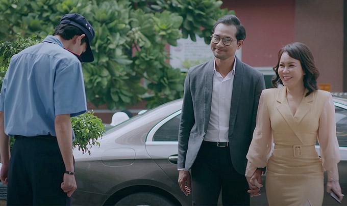 [Caption]Trong Web Drama Yêu lại từ đầu, Việt Hương thủ vai Huỳnh Như Tiên, một nữ doanh nhân điều hành bệnh viện thẩm mỹ cùng chồng mình là bác sĩ Huỳnh Dũng (Huỳnh Đông). Với tính cách cực kỳ bản lĩnh, điềm đạm, khéo léo và chuyên nghiệp trong giao tiếp, cô luôn có thể đối phó với bất cứ loại thử thách hoặc khách hàng khó nhằn nào, dù là những ca kỳ lạ nhất. Trong tập đầu của Web Drama này, khán giả đã phải cười nghiêng ngả khi chứng kiến cảnh Việt Hương phải xử lý những vị khách ngộ nghĩnh tìm đến thẩm mỹ viện với nhiều nhu cầu khác nhau như Lê Dương Bảo Lâm, Lâm Khánh Chi... Tuy nhiên, dù bản lĩnh đến mấy, cuộc sống cá nhân và tình cảm giữa nữ doanh nhân này với chồng của mình – bác sĩ Huỳnh Dũng, có lẽ lại không được suôn sẻ cho lắm như vẻ bề ngoài vốn thế. Vết rạn nứt về mặt tình cảm giữa hai người và drama của phim đã chính thức được hé lộ ngay tập đầu, và có lẽ đó sẽ chính là tiền đề để tạo nên những sóng gió ở phần sau của bộ phim để tạo nên câu chuyện Yêu lại từ đầu như chính tựa đề của bộ phim này.