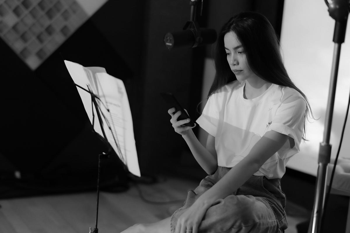 Hồ Ngọc Hà là một trong số ít nghệ sĩ tiên phong ở Việt Nam thực hiện hình thức thu âm album live trực tiếp đồng bộ cùng ban nhạc. Việc này đòi hỏi kỹ thuật và chuyên môn cao, mang đến sự chân thật và cảm xúc nhất cho khán giả.