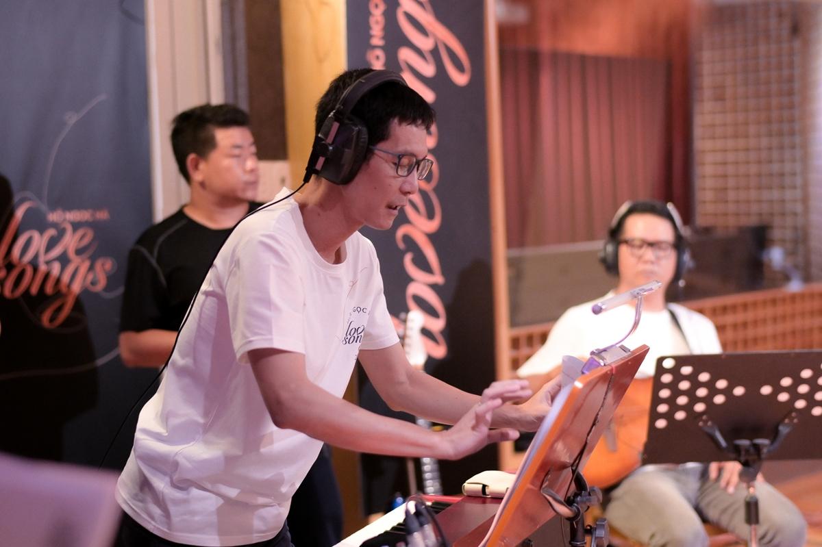 Hồ Ngọc Hà phải tập luyện kỹ lưỡng cùng nhạc sĩ Hoài Sa (ảnh) và ban nhạc.