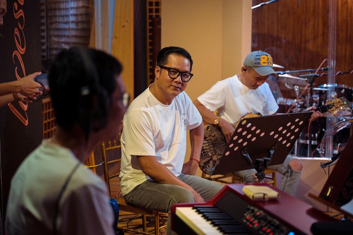 Trong ngày thu âm, 10 nhạc sĩ đồng hành trong dự án cũng có mặt theo dõi và chia sẻ cùng Hồ Ngọc Hà.