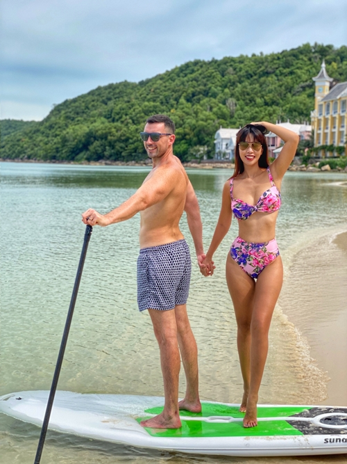 Tại resort, vợ chồng siêu mẫu dành phần lớn thời gian tắm biển, trải nghiệm các dịch vụ thư giãn đồng thời lưu lại những bức ảnh đáng nhớ. Mặc dù có đưa bé Myla theo nhưng Hà Anh và ông xã Olly vẫn sắp xếp để có không gian riêng tư.