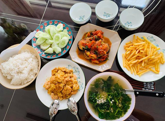 Những bữa cơm gia đình cũng được cô chăm chút tỉ mỉ. Vân Hugo chia sẻ, niềm hạnh phúc của cô là được nấu món ngon cho những người yêu thương thưởng thức.