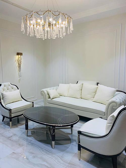 Trước khi hai mẹ con Vân Hugo chính thức chuyển vào Sài Gòn, anh đã chuẩn bị một căn biệt thự màu trắng để làm tổ ấm mới. Mọi bài trí trong nhà đều được làm theo ý người đẹp Hà Thành.