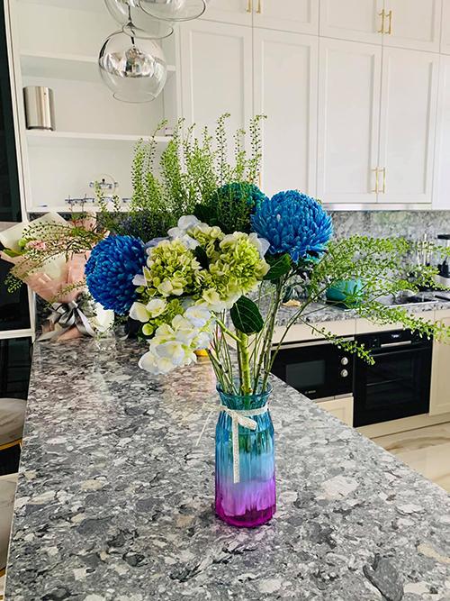 Bận rộn với công việc nhưng Vân Hugo vẫn không quên việc chăm sóc nhà cửa. Cô thường xuyên mua hoa tươi về cắm để trang hoàng cho tổ ấm.