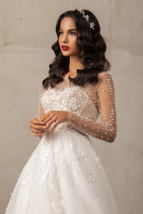 Thời trang cưới với tay áo xuyên thấu cũng là hot trend của năm. Trên nền vải là các hạt ngọc điểm xuyết ngẫu hứng.