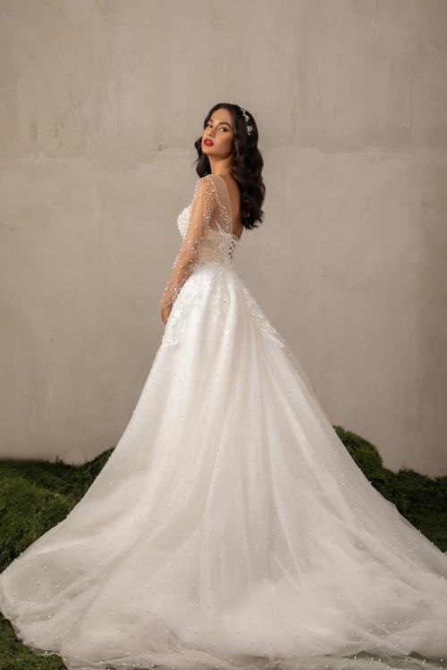 Mặt lưng có dây đan giúp điều chỉnh kích cỡ váy sao cho vừa vặn thân hình.