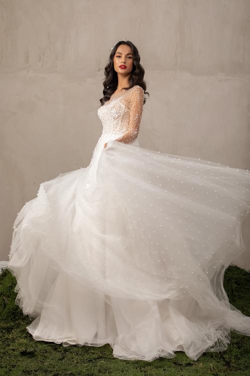 Váy với nhiều lớp lang giúp tạo nên những bước đi uyển chuyển cho cô dâu mới.