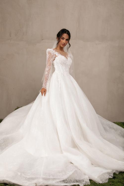 Mẫu đầm cưới lấy cảm hứng từ váy của các tiểu thư quý tộc châu Âu, có phần bồng nơi cầu vai, tạo nên vẻ uy quyền mà không làm mất đi nét nữ tính.