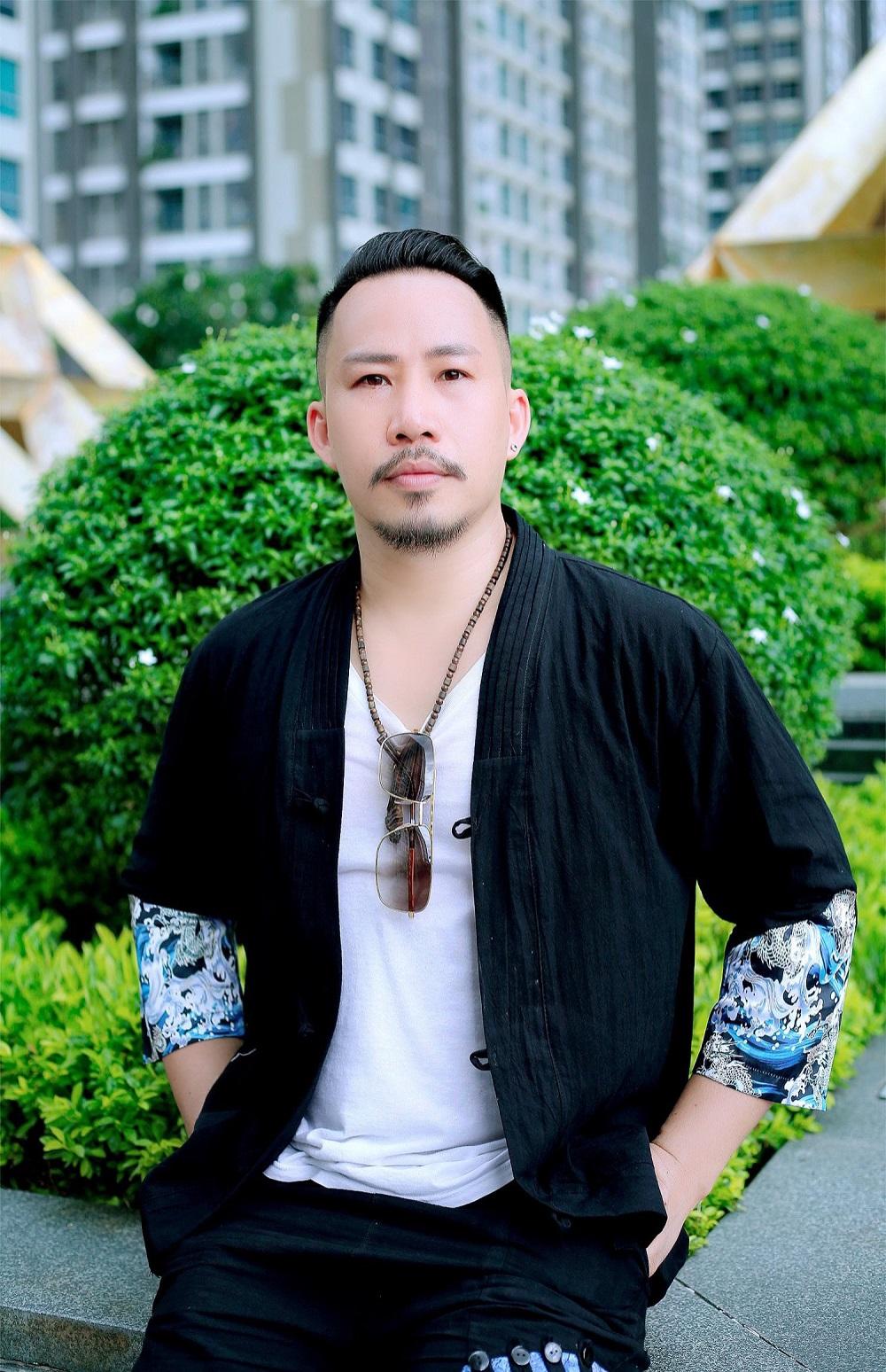 Chàng nhạc sĩ tinh tế chọn cho mình chiếc áo thun đơn giản, bên ngoài khoác thêm áo sơ mi cách điệu với tone màu đen nam tính.