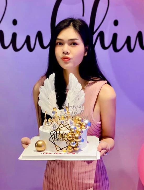 Lê Ngọc Trinh khoe bánh kem trang trí vương miện, cánh chim và những quả bóng trong tiệc sinh nhật cô. Người đẹp hay được gia đình, bạn bè gọi thân mật là Chin Chin.