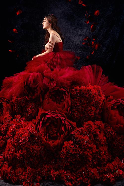 Vải áo được xử lý dập, kết thành hình đoá hoa bung nở.