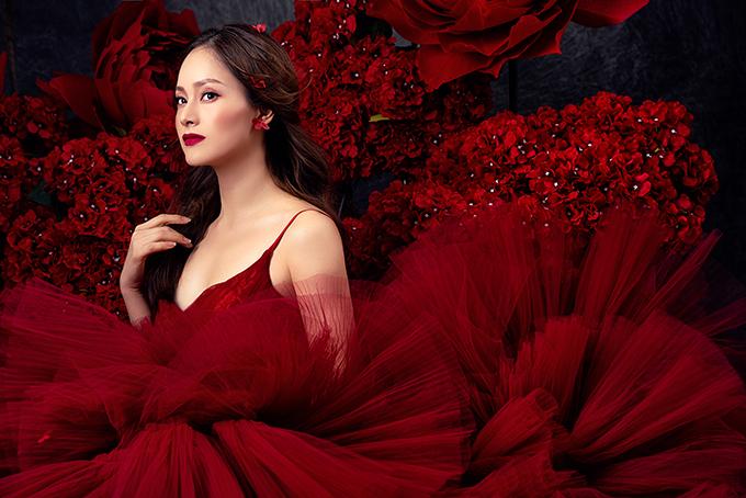 Váy đỏ rực rỡ, giúp tôn vẻ cuốn hút cho người đẹp. Thiết kế hai dây giúp làm lộ xương quai xanh.