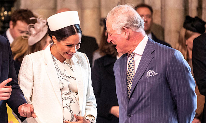 Thái tử Charles trò chuyện với Meghan khi dự ngày lễ của Khối thịnh vượng chung tại Tu viện Westminster hồi tháng 3/2019. Ảnh: AP.