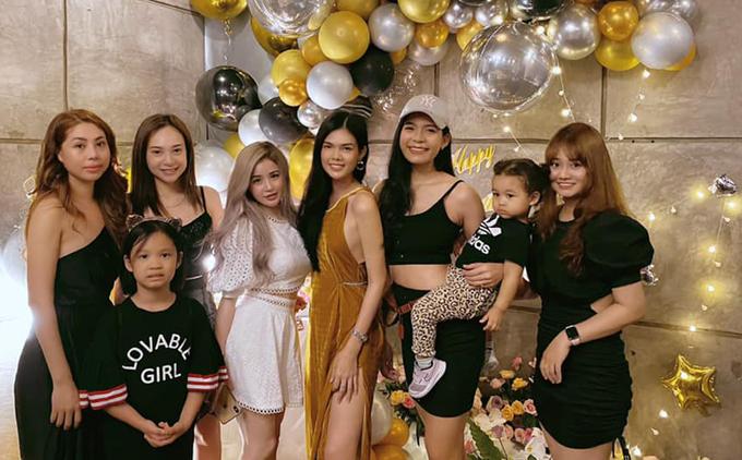 Từ đầu tháng 8 người đẹp được bạn bè tổ chức nhiều buổi tiệc mừng sinh nhật. Chắc tôi phải ăn sinh nhật hết tháng này. Vui và hạnh phúc lắm, Lê Ngọc Trinh nói. Cô chụp ảnh cùng hội bạn thân hôm 8/8.