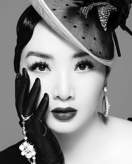 Giáng My ngẫu hứng thực hiện bộ ảnh đen trắng. Hoa hậu đền Hùng được khen vẫn xinh đẹp, quyến rũ ở tuổi 49.
