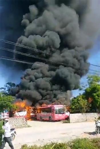 Cột khói bốc cao hàng chục mét trong bãi xe ở Nghi Sơn sáng nay.