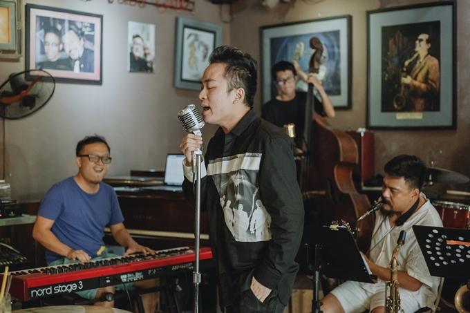 Tùng Dương (giữa) trong buổi tập trước thềm liveshow cùng Tuấn Nam (trái).