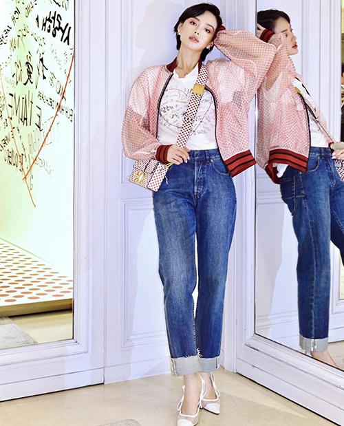 Vẫn chọn mẫu túi đeo chéo của Dior để phối đồ, nhưng Khánh Linh xây dựng hình ảnh cá tính, trẻ trung với bomber trong suốt phối cùng áo thun hoạ tiết, quần jeans.