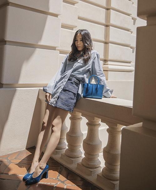 Sơ mi denim mang lại nét tự do và cá tính được mix cùng chân váy vải tweed vừa tôn chiều cao vừa khiến người mặc gợi cảm hơn.