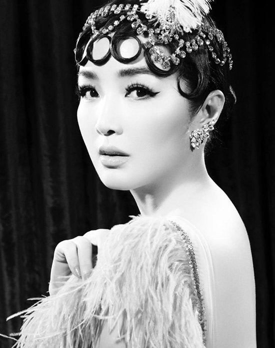 Cô hóa thân một ngôi sao màn ảnh với lối trang điểm sắc sảo, kiểu tóc đặc trưng của thập niên 1960.