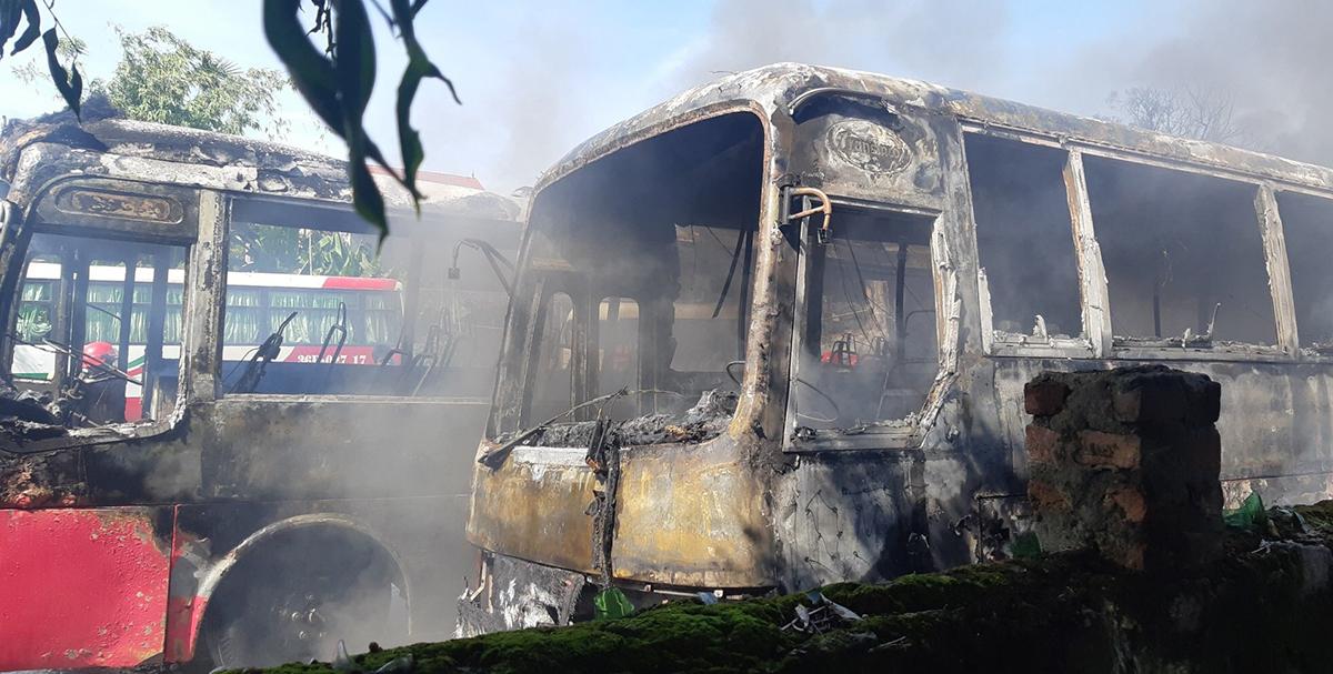 Hơn 10h đám cháy được khống chế song nhiều chiếc xe chỉ còn khung sắt.