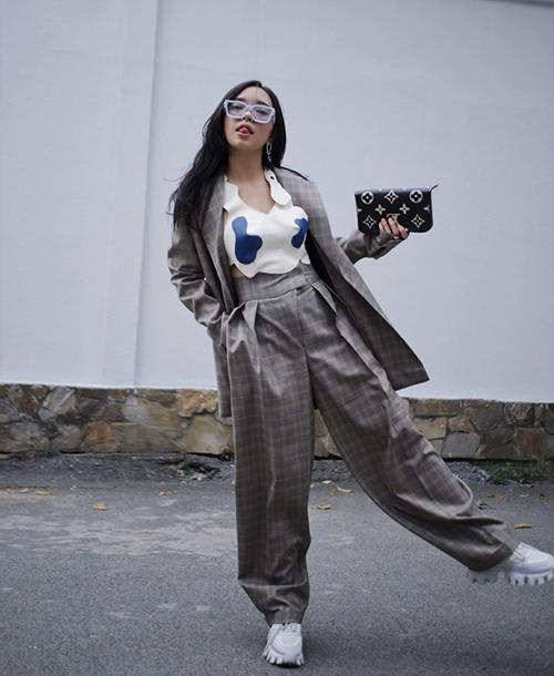 Suit hoạ tiết ca rô từng gây náo loạn xu hướng thời trang 2019/2020 và chúng tiếp tục được Châu Bùi, nhiều fashionista lăng xê.