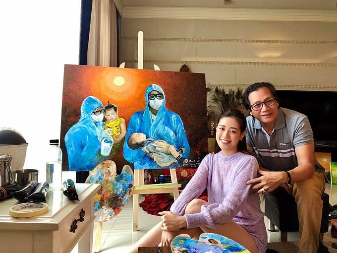 Hoa hậu Khánh Vân và cha bên bức tranh tự vẽ.