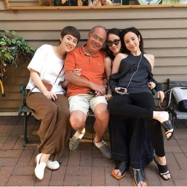 Sầm Trữ Nhạc (ngoài cùng bên trái) cùng bố và các chị em.