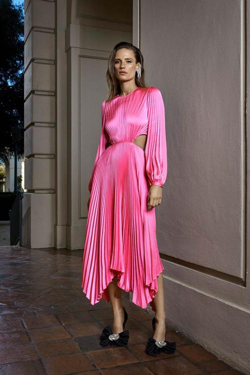 Thay thế các mẫu chân váy midi quen thuộc, các nhà mốt mang tới nhiều mẫu váy áo được thiết kế trên vải xếp ly nhiều màu sắc.