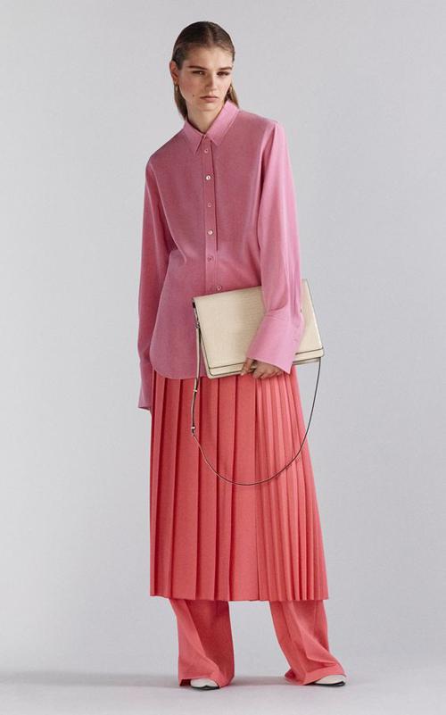 Nếu ở mùa thời trang trước, váy xếp ly đa phần được thể hiện trên các chất liệu vải metalic bắt mắt thì ở mùa mới bảng màu lại đa dạng hơn.