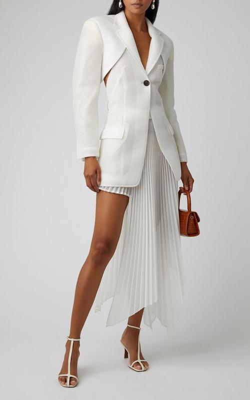 Các thiết kế bất đối xứng được tạo dựng bởi váy áo phom dáng hiện đại cùng vải xếp ly được nhiều tín đồ thời trang yêu thích.