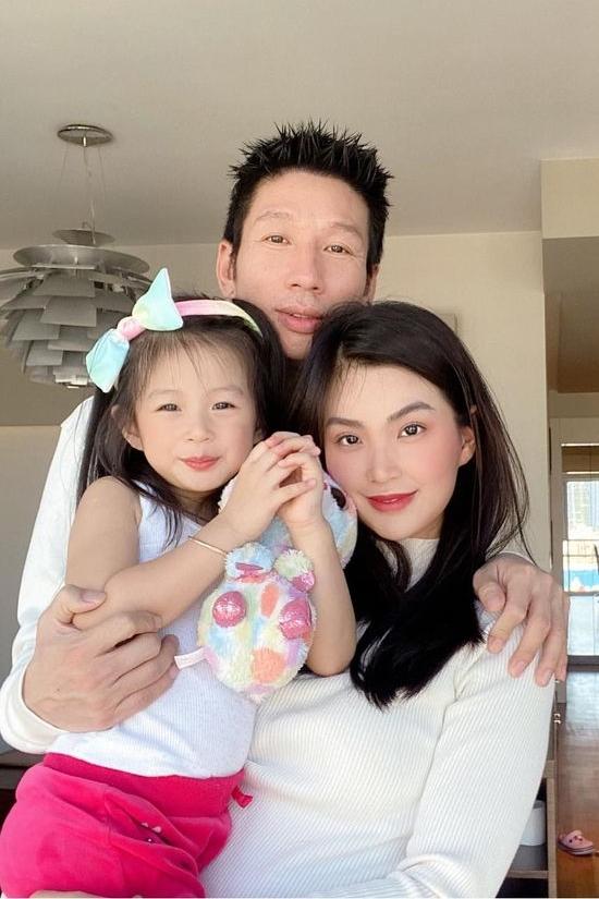 Gia đình Diễm Trang đang sinh sống ở thủ đô Warsaw. Ông xã cô - Xuân Du là một doanh nhân làm việc nhiều năm tại Ba Lan.