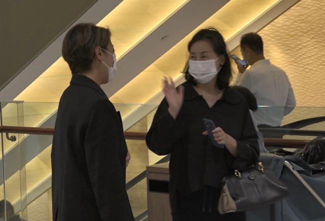 Hà Siêu Quỳnh gặp một người bạn và tranh thủ trò chuyện, trong lúc Du Tranh ra xe trước.