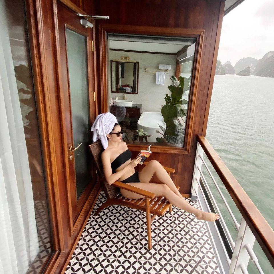 Á hậu Huyền My ngồi thư giãn đọc sách trên du thuyền 5 sao khi du lịch ở Hải Phòng.