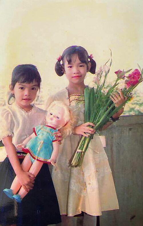 Ca sĩ Phạm Quỳnh Anh (trái) thời nhỏ.