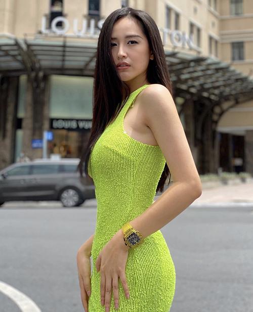 Mai Phương Thuý nổi bật trên phố với váy ôm khít eo, màu neon bắt mắt. Đây là một trong những tông màu được nhiều nhà mốt thế giới đưa vào các bộ sưu tập cho mùa thời trang 2021.