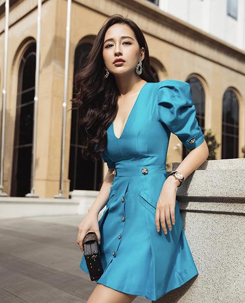 Váy tay bồng, xẻ cổ V được tạo thêm đường siết eo nhẹ nhàng giúp Mai Phương Thuý khoe nét thanh lịch và trẻ trung khi xuống phố.