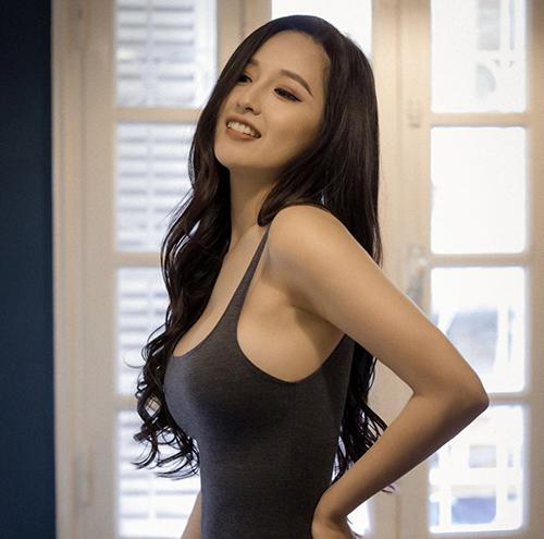 Nhờ quá trình rèn luyện thể thao, thực hiện chế độ ăn uống khoa học nên Mai Phương Thuý vô tư diện các mẫu váy áo nó sát body.